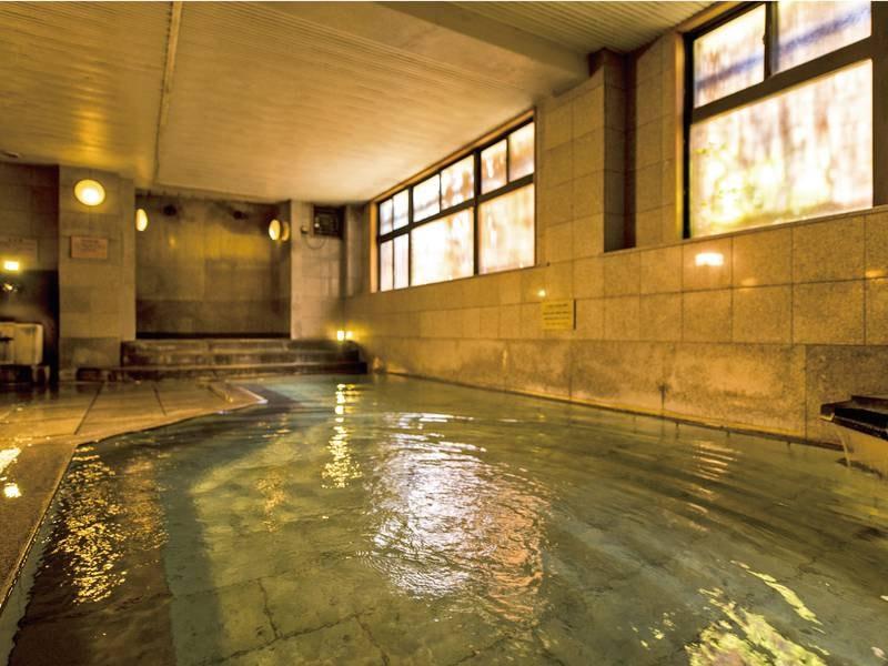 【「こまちの湯」大浴場】広々とした石造りの大浴場に打たせ湯と飲泉場所を完備