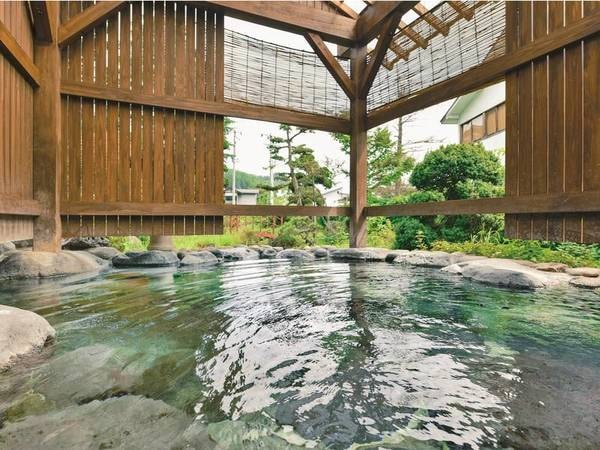 【「よしざねの湯」露天風呂】湯守が湯量を調整し適温を保つ温泉