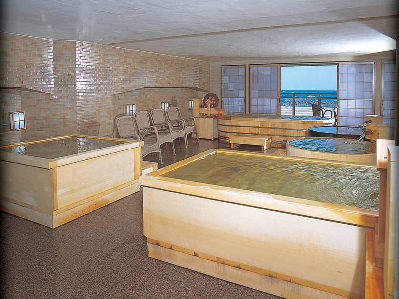 浜辺の泉/小さめの浴槽が並ぶ特徴的な造り