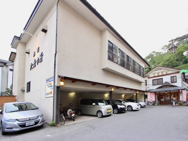 宿の目の前が第一駐車場。満車の場合は宿から約300m離れた第2駐車場となります