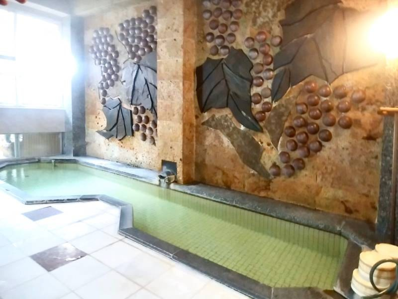 【殿方浴場】開湯900余年、やわらかで少し熱めの湯が特徴の赤湯温泉