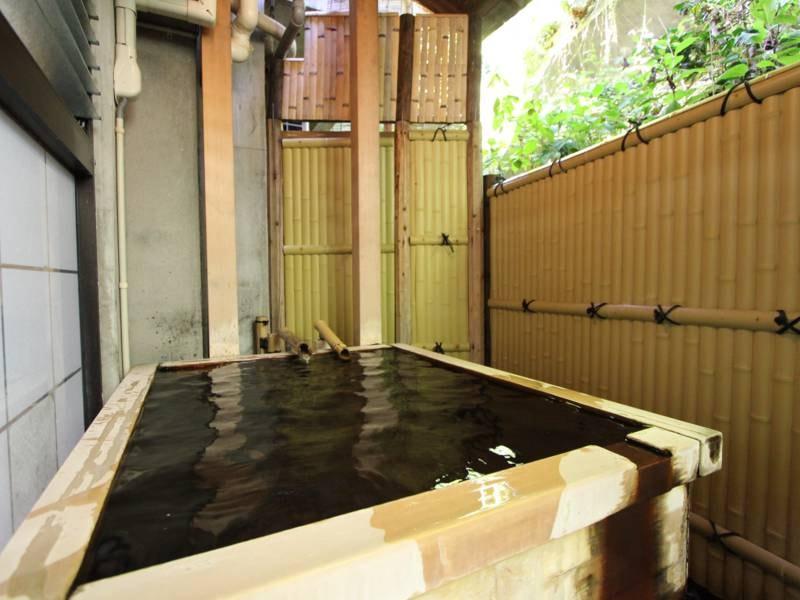 紅花の湯:女性専用大浴場に併設の露天風呂。広くはないですが、源泉かけ流し