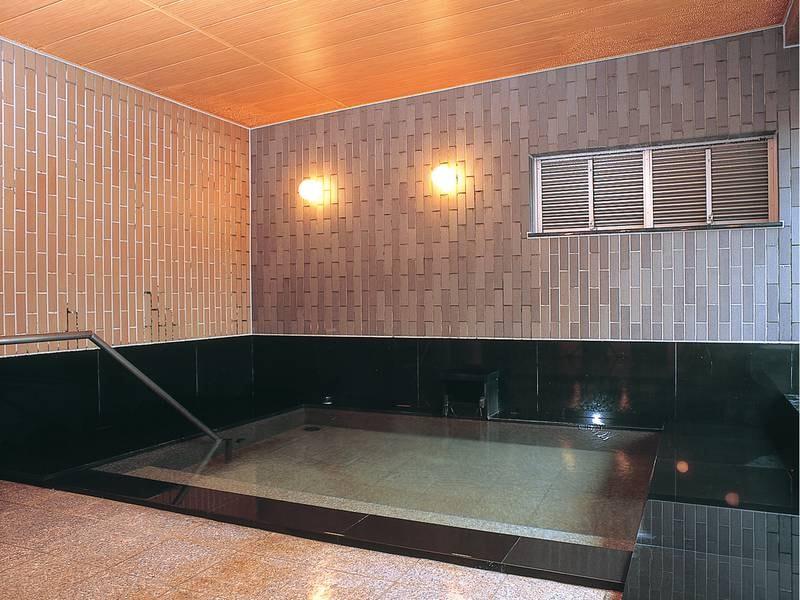 【大浴場】坪庭を眺めながらゆったりできる