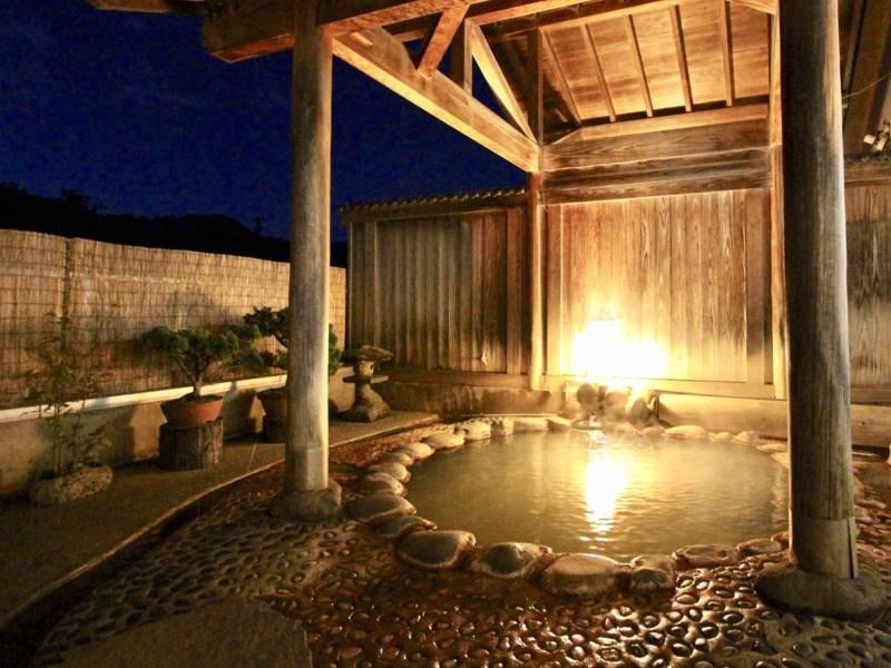 大浴場【あったまりの湯】に併設の露天風呂。川のせせらぎが心地よい。夜は美しい星空も楽しめます!
