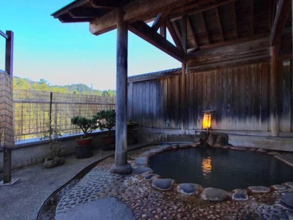大浴場【あったまりの湯】併設の露天風呂。すがすがしい朝風呂もおすすめ!