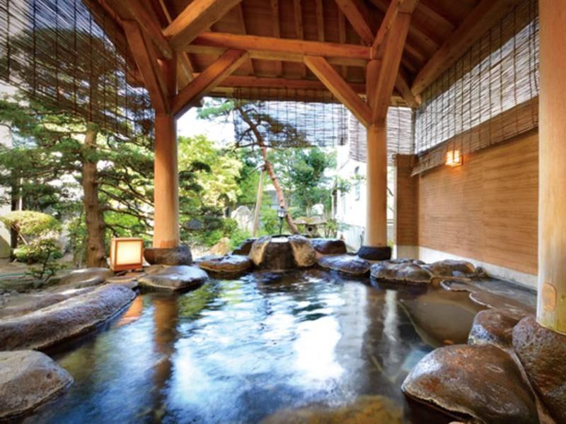 【露天風呂】庭園が季節の移ろいを感じさせる浴場