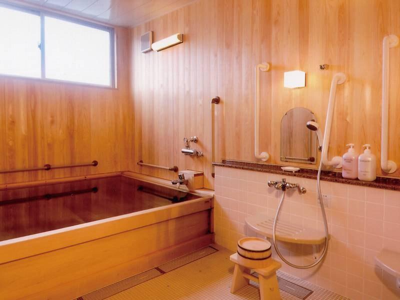 【家族貸切風呂】総檜のゆったりとした浴槽が自慢
