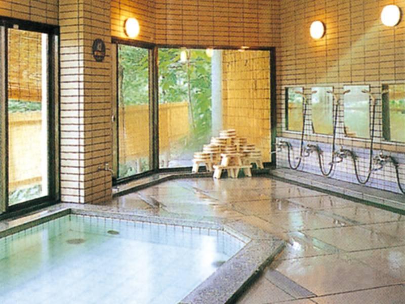 【大浴場】石造りの開放感のある浴場(男女入れ替え制)