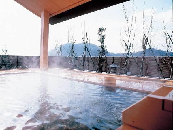 【展望露天風呂】出羽の山々など四季ごと移り変わる景色を望む露天風呂