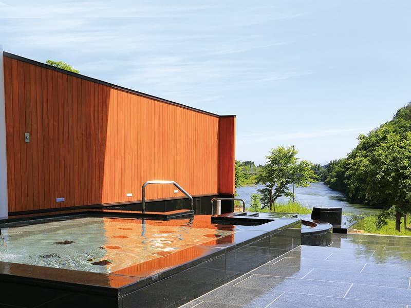 【露天風呂】最上川を望む露天風呂で温泉を満喫!夜の星空を眺めながら温泉をお楽しみください♪