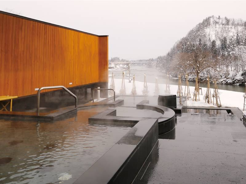 【大浴場併設の露天風呂】冬期は雪見をしながら温泉を堪能!