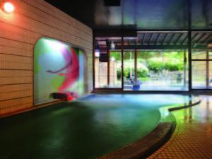 【女性大浴場】大きな窓からは四季折々の風景を眺めることができる