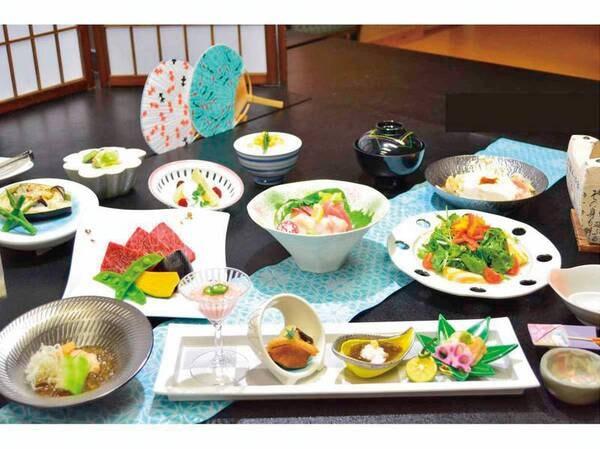 四季のおすすめ味覚(2021年5月末までの一例)蔵王牛陶板焼き、春山菜代吉鍋、お造り、グラタンなど、グレードUP料理を堪能