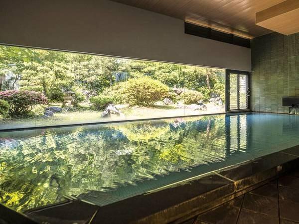 【大浴場/山水】広々とした石造りの浴槽で凛とした庭園を眺めながた湯浴み