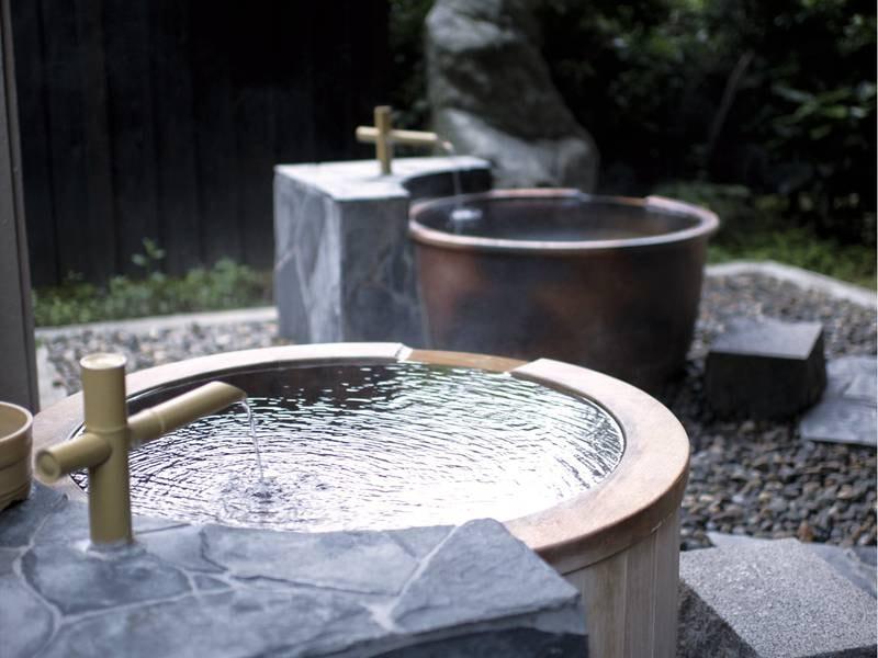 【露天風呂/離塵】小さな浴槽が並び、温泉と空気の調和を感じながら
