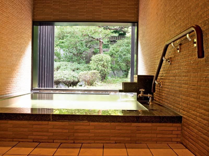 【有料貸切風呂/雛の湯】源泉かけ流しをプライベートに楽しめる(入口・脱衣所・洗い場に段差無し・浴槽には有)