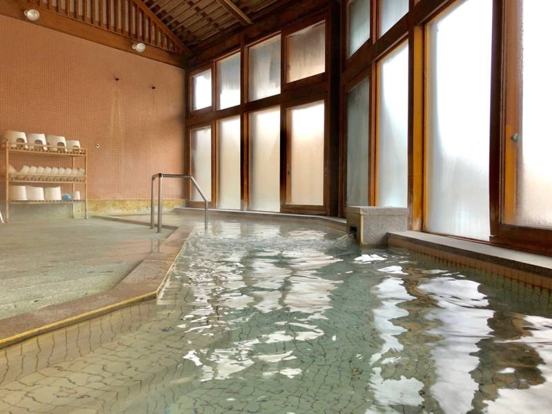 【ホットハウスカムロ:大浴場】地元金山杉を使用した大浴場で温泉を満喫!サウナも完備♪