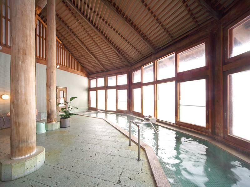 【ホットハウスカムロ:大浴場】木の温もり感じる落ち着いた雰囲気