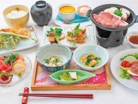 料理グレードアップ夕食一例/地元「米の娘豚」陶板焼き、お造り、山菜の天ぷらなど地元の味覚を堪能!