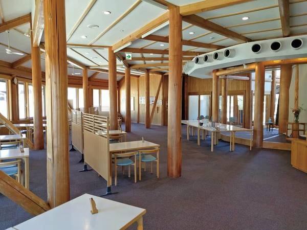 【レストラン】地元金山の杉が使用された食事会場