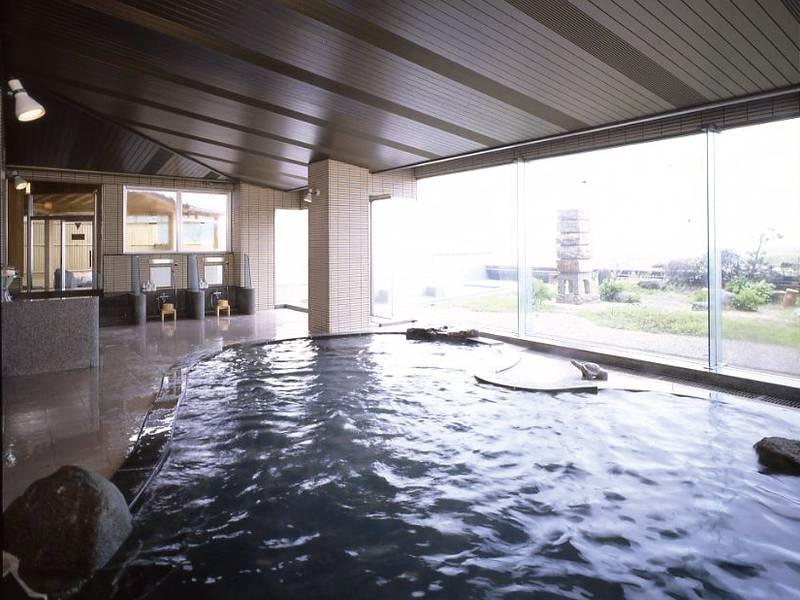 【男性大浴場】海側の壁が全面ガラス張りで開放的。空中庭園と海を望む!サウナも併設。