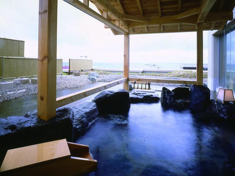 【女性露天風呂】開放感があり湯野浜の海を望む