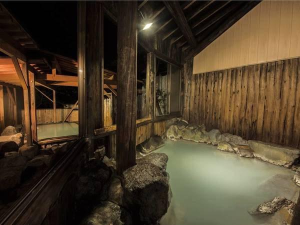 【露天風呂「葉がくれの湯」】木陰から射す日差しや、蔵王の高原の風を感じる