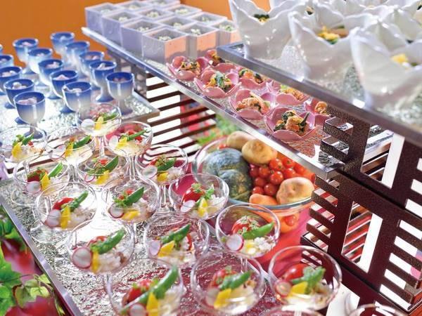 【夕食/例】鮮やかな料理が並ぶ