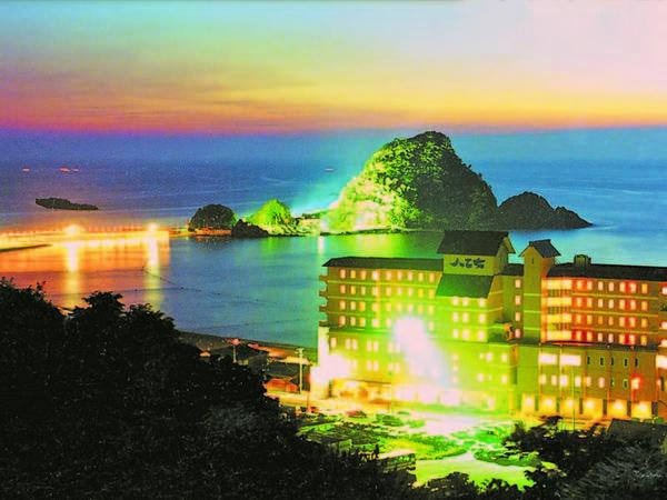 ホテル外観と由良海岸