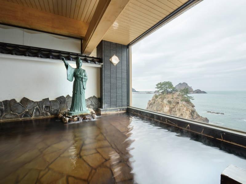 【西館大浴場】大きな窓から海を望む開放的な浴場