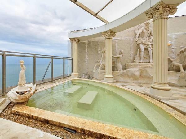 【屋上露天風呂(洋風)】ローマ調の個性的な浴場