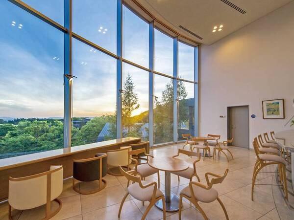 【ラウンジ「ヒルサイドテラス」】大きな窓から美しい四季の絶景を望む