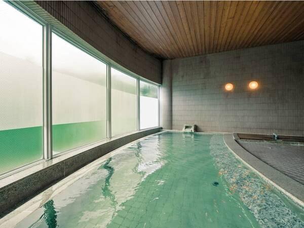 【SPA由瑠璃(ゆるり)】広々とした大浴場。良質な蔵王温泉のたっぷりと源泉掛け流しで注がれている