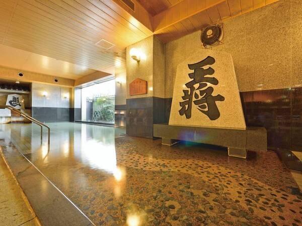【ホテル王将】王将の文字が刻まれた将棋駒がドンと構える大浴場でくつろぐ。夕食は季節替わりの会席膳を堪能!