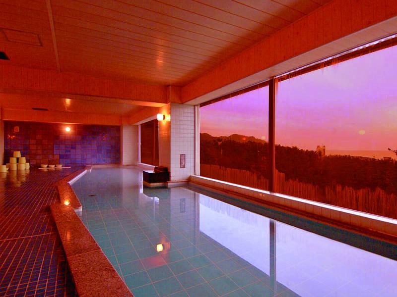 【大浴場/荒崎の湯】晴れた日には夕日を眺めながらの湯浴みを楽しめる