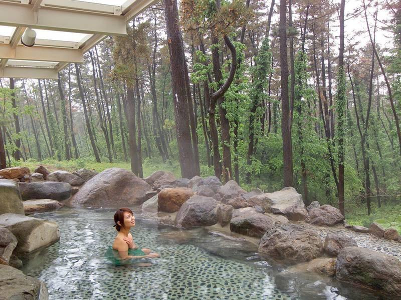 露天風呂 1階/森林浴をしながら温泉を満喫!