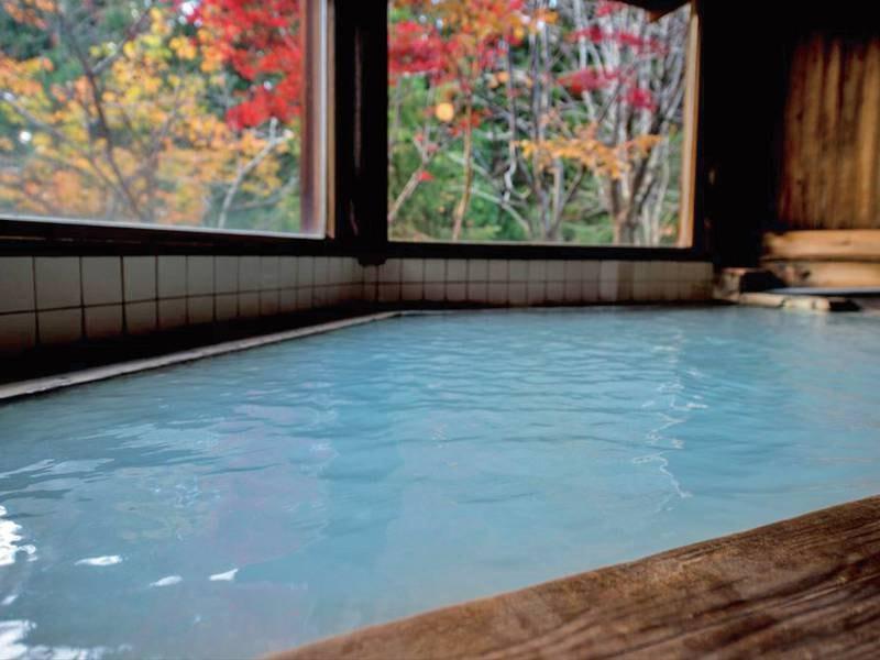 【丸太造りの大浴場】秋は紅葉が楽しめます