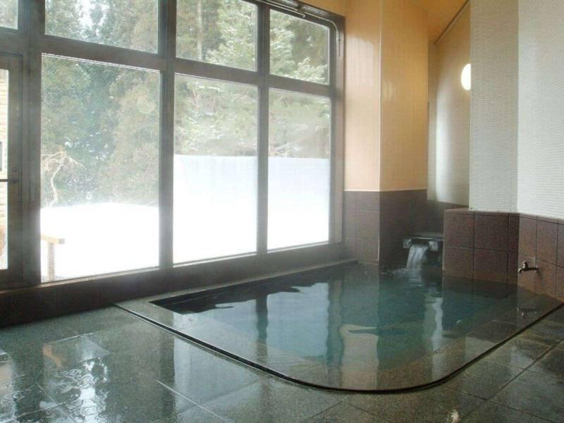 【貸切風呂 竜山】地下水の沸かし湯を使った貸切風呂。温泉の露天も併設(予約制・先着順)