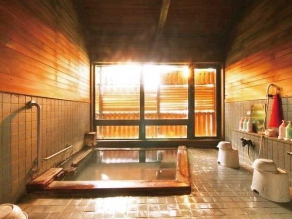【大浴場】濃い本物の温泉を堪能するため、少し小さめな湯船が特徴