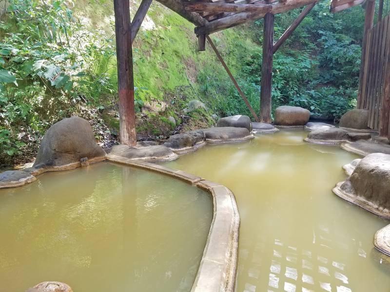 【露天風呂】肘折温泉郷では珍しい露天完備!茶色く濁り、ぬるっとした泉質が特徴的な湯