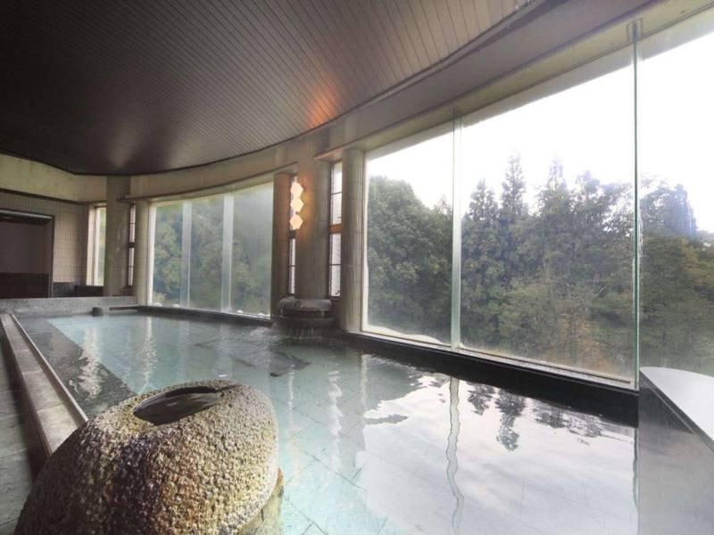 【白樺の湯/内湯】蔵王の四季を感じながら入浴が楽しめる