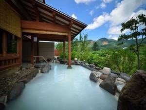 【離れ湯 百八歩/露天風呂】蔵王の自然にぐるりと囲まれた開放感