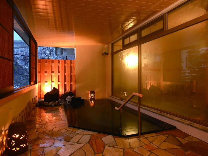 【女性用露天風呂】女性用は目隠し窓付き。「美人の湯」と呼ばれる温泉を愉しめる