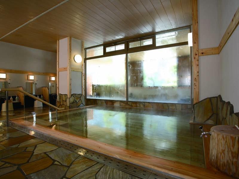【大浴場】心地よい檜の香りが漂う大浴場で湯浴みを