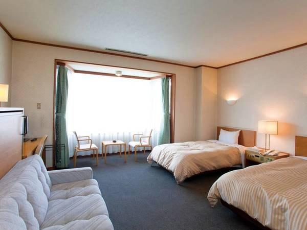 【最上階ツイン洋室/例】お部屋は宿最上階のデラックスツイン洋室をご用意!窓からは磐梯山を望む!