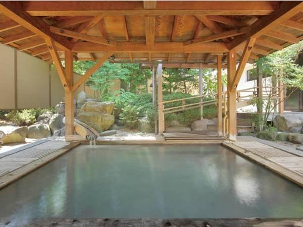【月見風呂(露天)】総檜造りと、岩をくりぬいた岩風呂を楽しめる