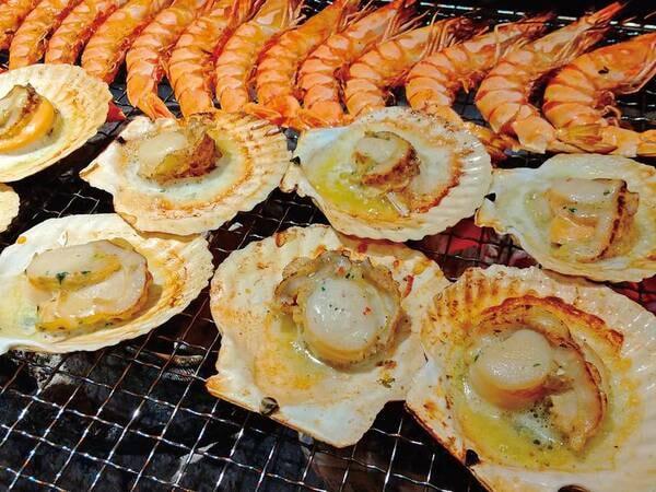 【バイキング/例】殻付き帆立貝のバター醤油焼きを囲炉裏コーナーでご用意!熱々をお召し上がりください(12月末まで)