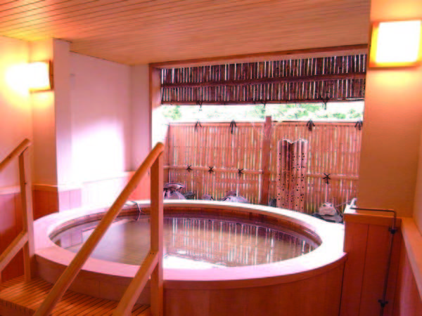 【露天風呂】檜の香りが立ち込める露天風呂。摺上川のせせらぎが聞こえ癒しのひとときを…