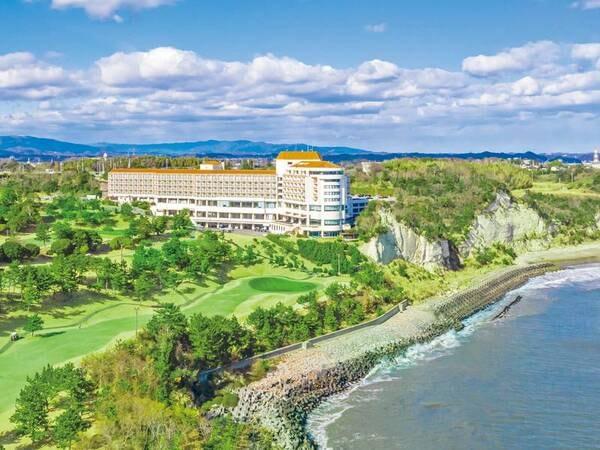 【外観】雄大な太平洋とゴルフ場に囲まれたリゾートホテル