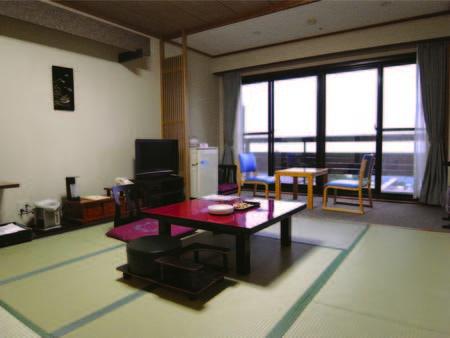 【本館・山側/例】2009年にリニューアルした本館客室は8畳の広さでトイレ付